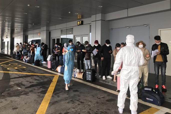 Thêm 2 chuyến bay đưa người Việt trở về hạ cánh xuống sân bay Vân Đồn - Ảnh 3.