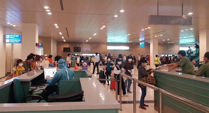 Các chuyến bay về từ Hàn Quốc được đón theo quy trình đặc biệt thế nào? - Ảnh 7.
