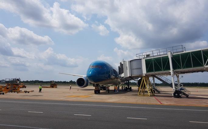 Các chuyến bay về từ Hàn Quốc được đón theo quy trình đặc biệt thế nào? - Ảnh 2.