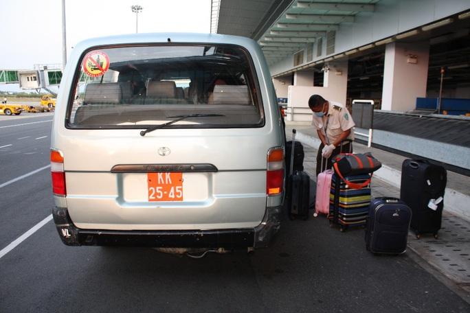 Các chuyến bay về từ Hàn Quốc được đón theo quy trình đặc biệt thế nào? - Ảnh 12.