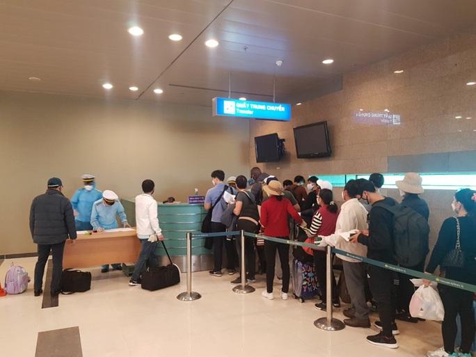 Các chuyến bay về từ Hàn Quốc được đón theo quy trình đặc biệt thế nào? - Ảnh 8.