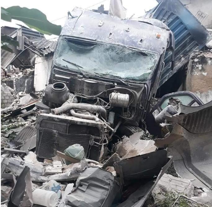 Xe container tông sập 3 nhà dân, nhiều người đang ngủ thoát chết trong gang tấc - Ảnh 1.