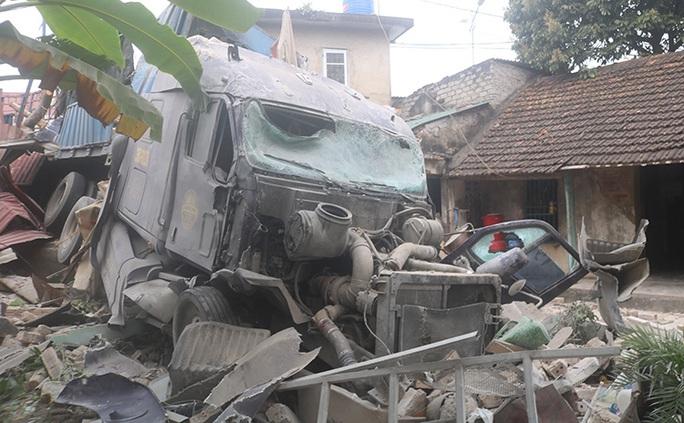 Xe container tông sập 3 nhà dân, nhiều người đang ngủ thoát chết trong gang tấc - Ảnh 2.