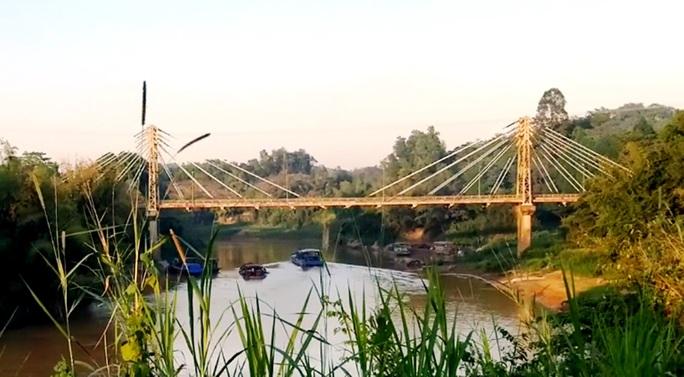 Công an vào cuộc điều tra vụ mãi lộ xe quá tải qua cầu ở Lâm Đồng - Ảnh 1.