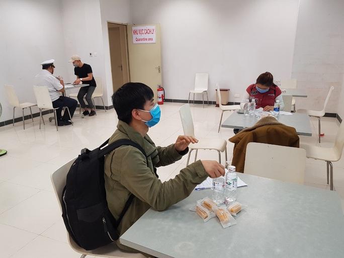 Các chuyến bay về từ Hàn Quốc được đón theo quy trình đặc biệt thế nào? - Ảnh 6.