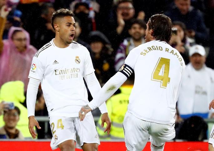 Rực lửa siêu kinh điển, Real Madrid hạ Barcelona lên ngôi đầu - Ảnh 2.