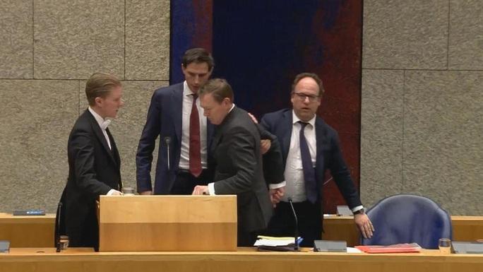 Ngất xỉu khi phát biểu về Covid-19, Bộ trưởng Hà Lan từ chức - Ảnh 1.