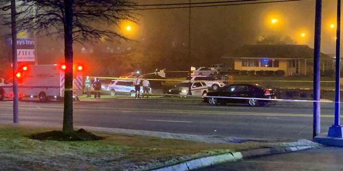 Mỹ: Đang nằm điều trị trong xe cứu thương thì bị bắn chết - Ảnh 2.