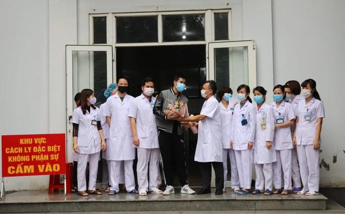 Bệnh nhân Covid-19 thứ 18 ở Ninh Bình hoàn toàn khỏe mạnh xuất viện - Ảnh 3.