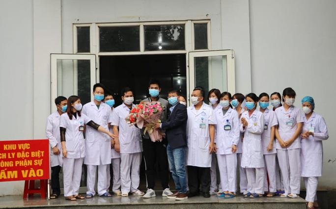 Bệnh nhân Covid-19 thứ 18 ở Ninh Bình hoàn toàn khỏe mạnh xuất viện - Ảnh 2.
