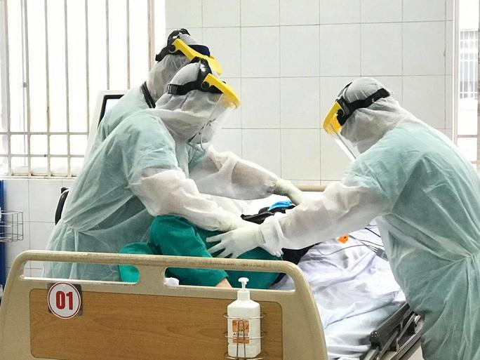 2 nhân viên y tế đầu tiên ở Việt Nam mắc Covid-19 - Ảnh 1.