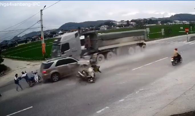 Tai nạn kinh hoàng giữa nhiều xe ôtô và xe máy khiến 3 người thương vong - Ảnh 1.