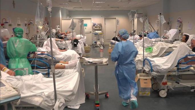 Covid-19: Hàng loạt bệnh viện, nghĩa trang quá tải ở Ý - Ảnh 4.