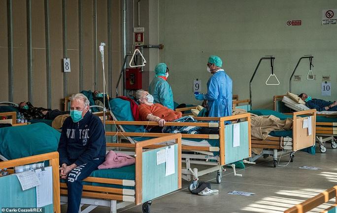 Covid-19: Hàng loạt bệnh viện, nghĩa trang quá tải ở Ý - Ảnh 6.