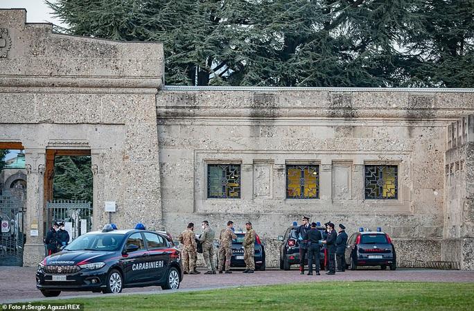 Covid-19: Hàng loạt bệnh viện, nghĩa trang quá tải ở Ý - Ảnh 8.