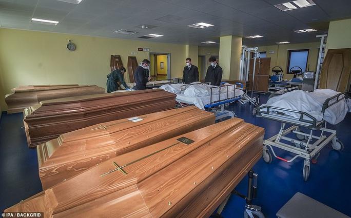 Covid-19: Hàng loạt bệnh viện, nghĩa trang quá tải ở Ý - Ảnh 9.