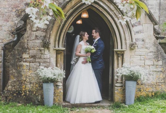 Covid-19 ở Anh: Lễ cưới chỉ 5 người dự - Ảnh 1.
