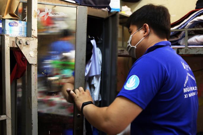 Sinh viên tình nguyện dọn dẹp khu cách ly lớn nhất TP HCM  - Ảnh 1.