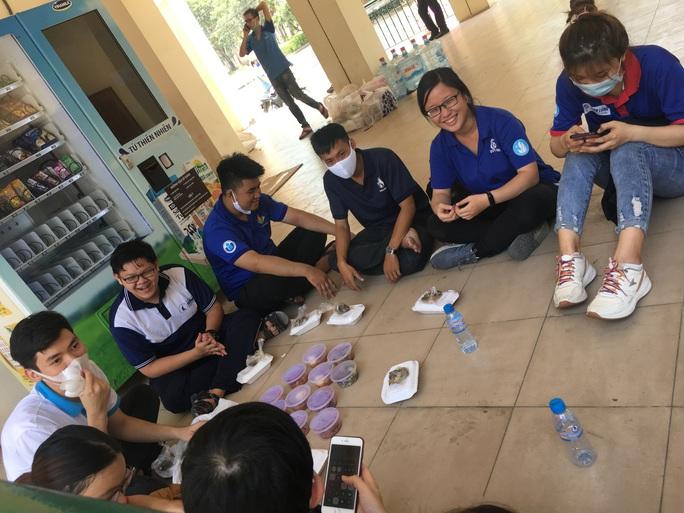 Sinh viên tình nguyện dọn dẹp khu cách ly lớn nhất TP HCM  - Ảnh 10.