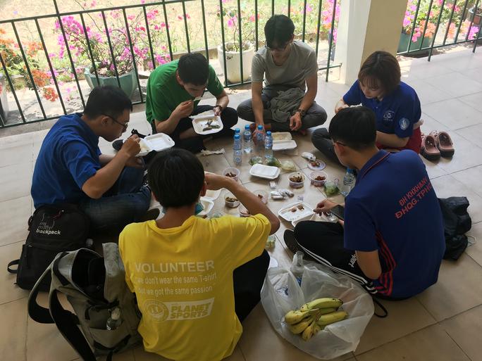 Sinh viên tình nguyện dọn dẹp khu cách ly lớn nhất TP HCM  - Ảnh 9.