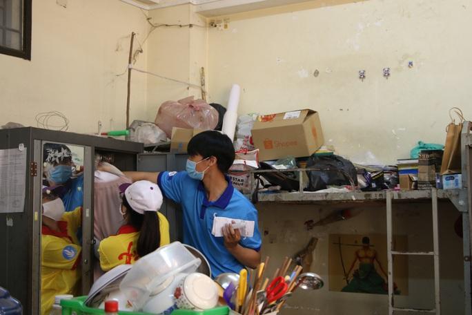 Sinh viên tình nguyện dọn dẹp khu cách ly lớn nhất TP HCM  - Ảnh 2.