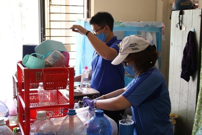 Sinh viên tình nguyện dọn dẹp khu cách ly lớn nhất TP HCM  - Ảnh 3.