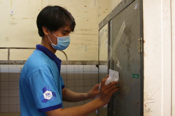 Sinh viên tình nguyện dọn dẹp khu cách ly lớn nhất TP HCM  - Ảnh 5.