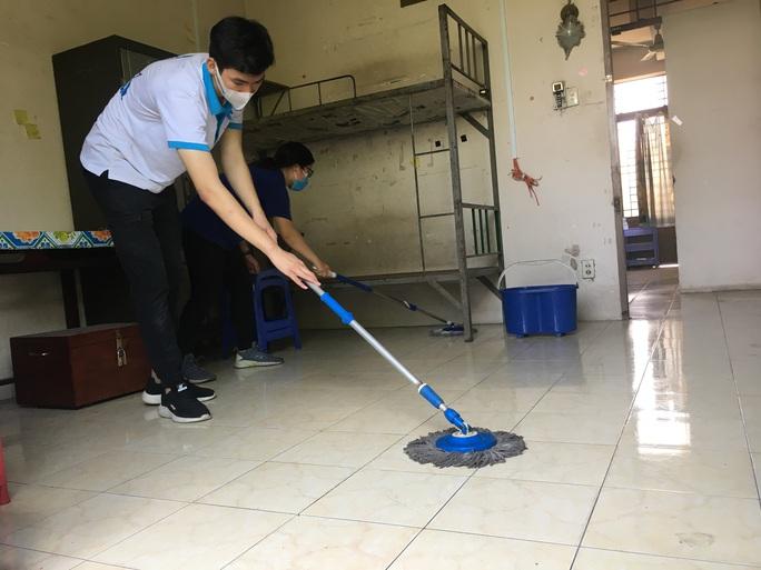 Sinh viên tình nguyện dọn dẹp khu cách ly lớn nhất TP HCM  - Ảnh 6.