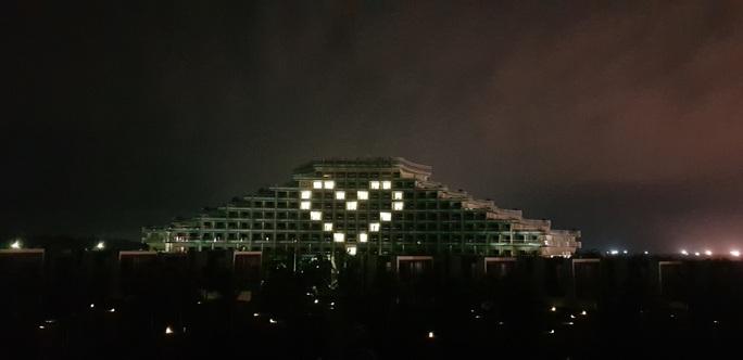 Thắp sáng biểu tượng trái tim trên các toà nhà tri ân những người chống Covid-19 - Ảnh 2.