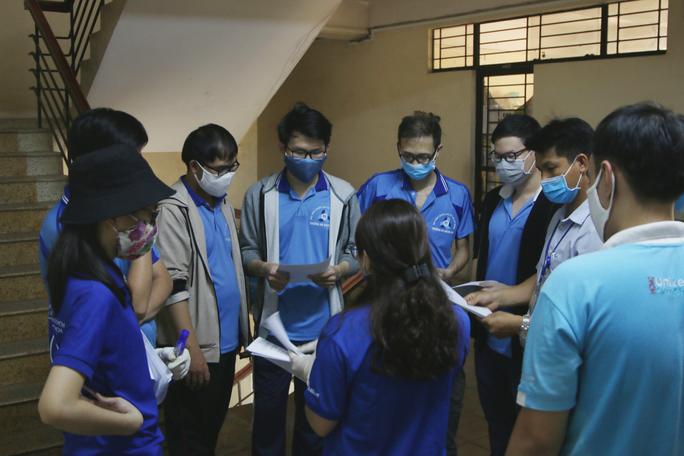 Sinh viên tình nguyện dọn dẹp khu cách ly lớn nhất TP HCM  - Ảnh 8.