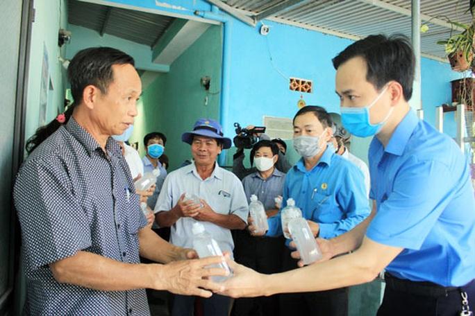 Đà Nẵng: Phun thuốc khử trùng hơn 3.500 phòng trọ công nhân - Ảnh 1.