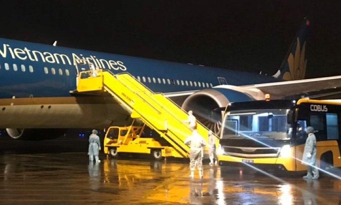 Tâm sự của nhân viên đầu tiên gõ cửa máy bay đón người từ vùng dịch Covid-19 trở về - Ảnh 1.