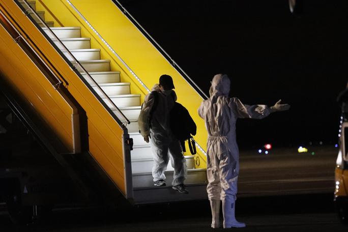 Tâm sự của nhân viên đầu tiên gõ cửa máy bay đón người từ vùng dịch Covid-19 trở về - Ảnh 3.