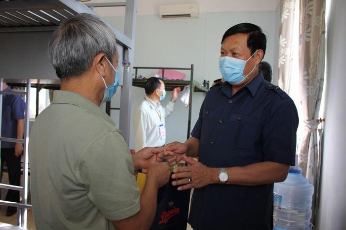 Covid-19: Thứ trưởng Bộ Y tế thăm khu cách ly Covid - 19 - Ảnh 3.