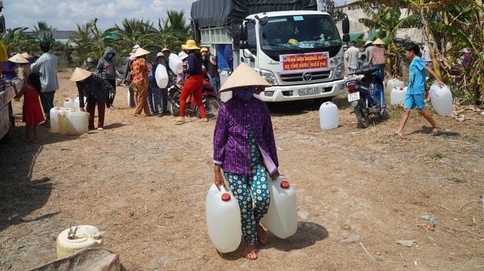 Nông dân miền Tây xếp hàng dài chờ nước ngọt trong cảnh hạn mặn - Ảnh 11.