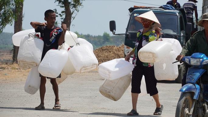 Nông dân miền Tây xếp hàng dài chờ nước ngọt trong cảnh hạn mặn - Ảnh 2.
