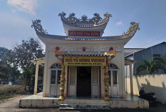 Cả xóm cùng lo hương khói đền thờ Vua Hùng - Ảnh 2.
