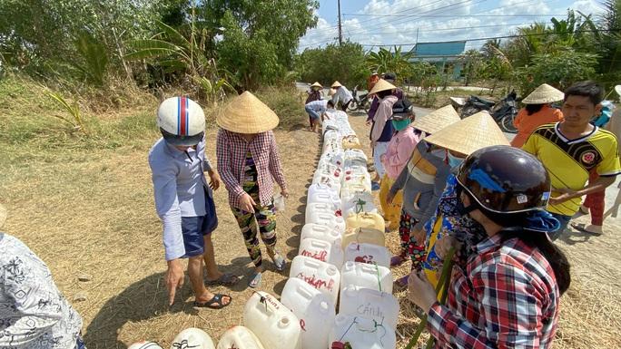 Nông dân miền Tây xếp hàng dài chờ nước ngọt trong cảnh hạn mặn - Ảnh 14.