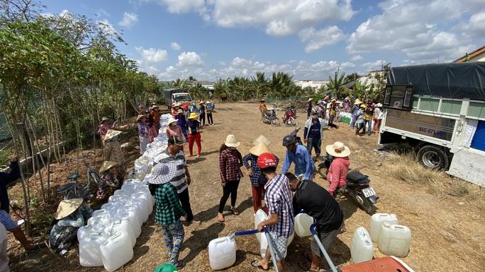 Nông dân miền Tây xếp hàng dài chờ nước ngọt trong cảnh hạn mặn - Ảnh 7.