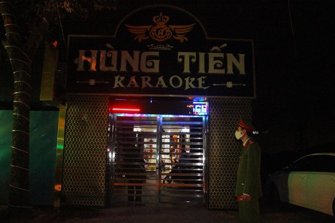 Bất chấp Covid-19, dân chơi đất cảng vẫn đến quán karaoke, gọi chân dài phục vụ - Ảnh 2.