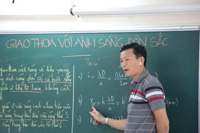 Học sinh lớp 9 và 12 ở TP HCM học trên truyền hình từ ngày mai - Ảnh 1.