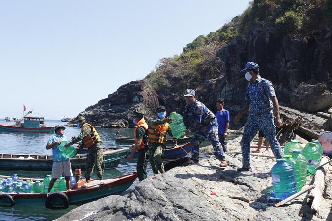 Cảnh sát biển mang nước ngọt đến đảo Hòn Chuối - Ảnh 1.