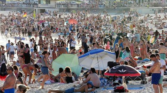 Covid-19: Bãi biển Úc kín người, cảnh sát phải ra tay giải tán - Ảnh 3.