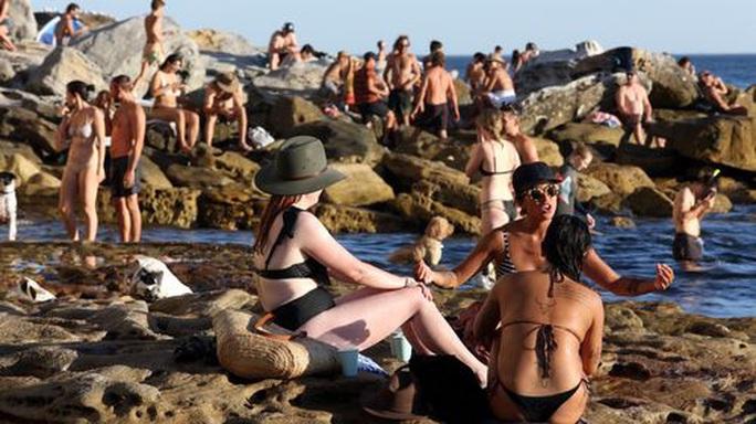 Covid-19: Bãi biển Úc kín người, cảnh sát phải ra tay giải tán - Ảnh 2.