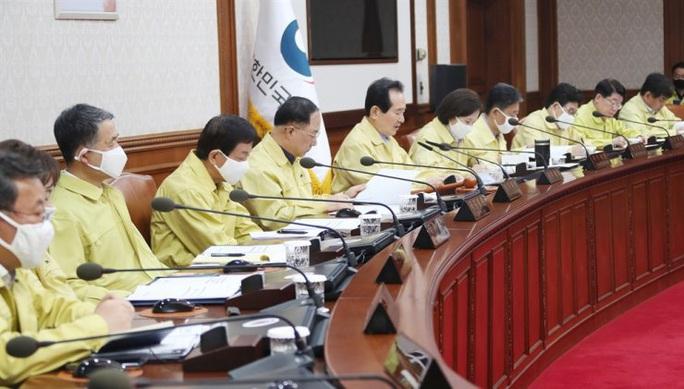 Covid-19: Tổng thống, bộ trưởng Hàn Quốc gửi trả 30% lương để chống dịch - Ảnh 1.