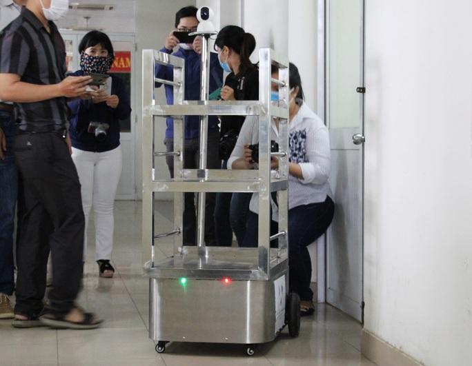 Ngắm robot phục vụ bệnh nhân cách ly bằng điều khiển từ xa - Ảnh 2.