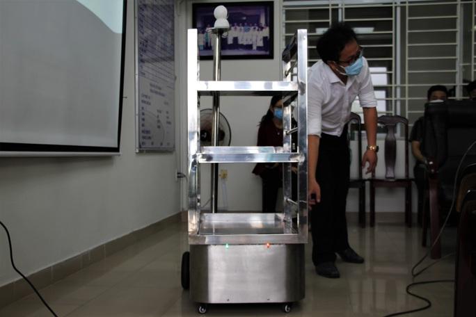 Ngắm robot phục vụ bệnh nhân cách ly bằng điều khiển từ xa - Ảnh 3.