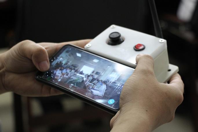 Ngắm robot phục vụ bệnh nhân cách ly bằng điều khiển từ xa - Ảnh 5.