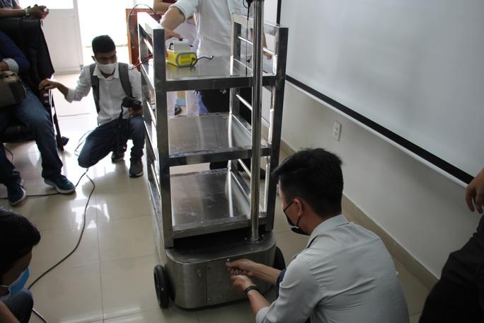 Ngắm robot phục vụ bệnh nhân cách ly bằng điều khiển từ xa - Ảnh 6.