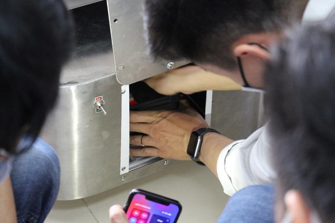 Ngắm robot phục vụ bệnh nhân cách ly bằng điều khiển từ xa - Ảnh 7.
